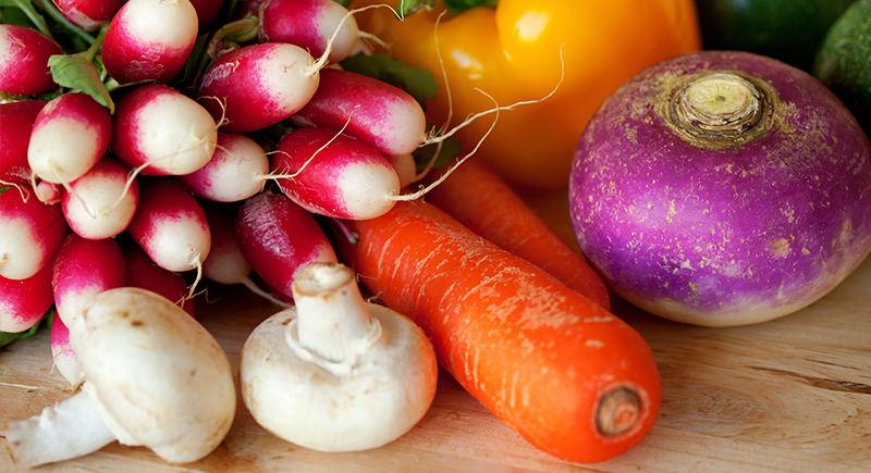 Pinzimonio di verdure fresche e funghi champignon