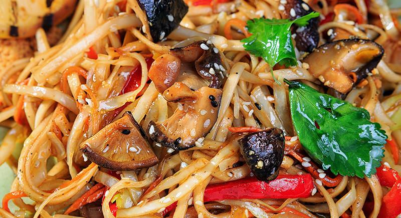 Spaghetti piccanti con funghi pioppini e prezzemolo