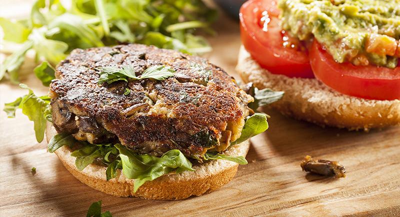 Veg burger di tofu e funghi con pane di mais