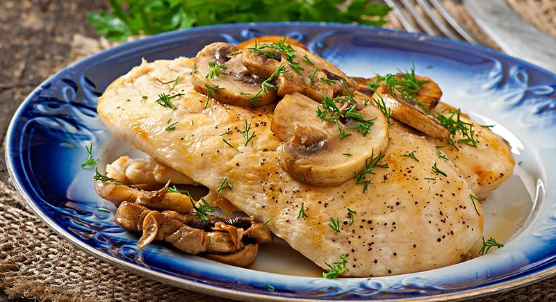 Scaloppine di pollo e funghi champignon