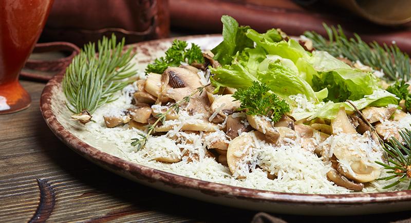 Insalata di funghi champignon crudi e grana
