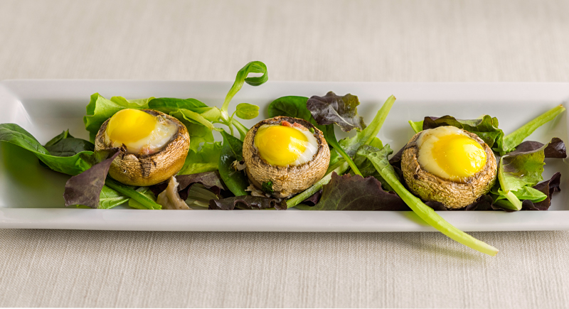 Cappella di champignon al forno con uova di quaglia