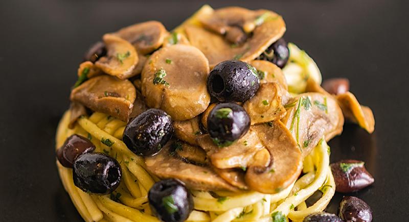 Spaghetti alla chitarra con champignon, olive nere, olive taggiasche prezzemolo