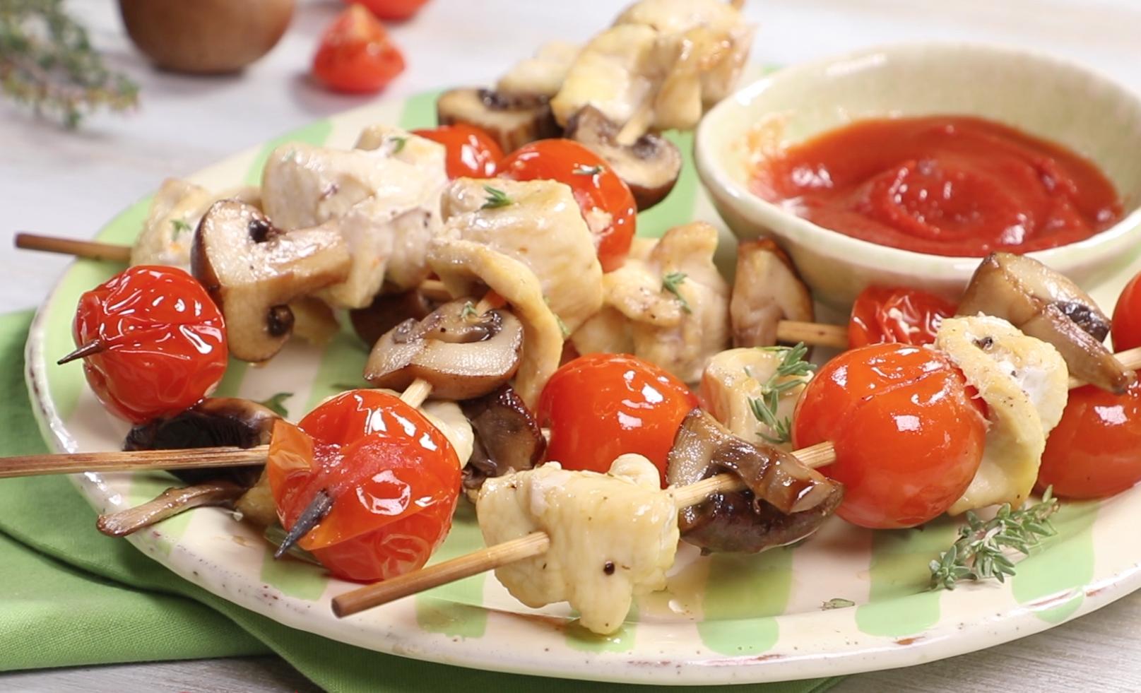 Spiedini con pollo, pomodorini e fungo Prataiolo Crema
