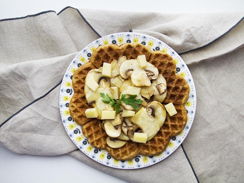 Carpaccio di funghi ed emmenthal su waffle integrale