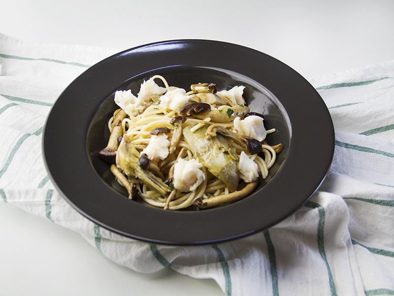 Pasta carciofi e funghi con bocconcini di merluzzo