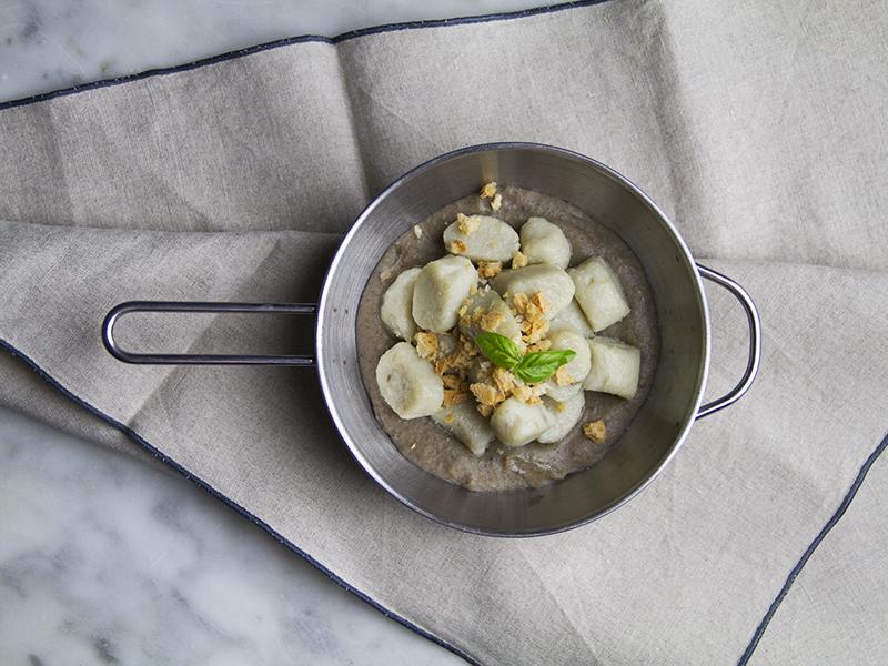 Crema di funghi vegan con gnocchi di patate dolci e briciole di pane
