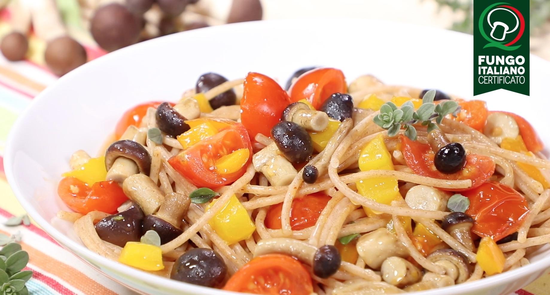 Spaghetti integrali con pomodorini, funghi Pioppini e peperoni gialli
