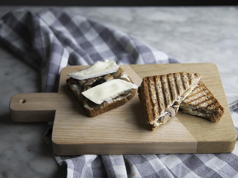 Toast di funghi arrostiti e formaggio