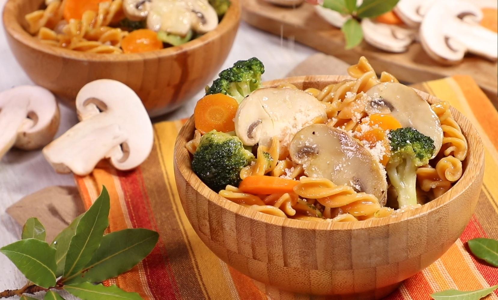 Pasta di ceci con Prataiolo bianco, broccoli e carote
