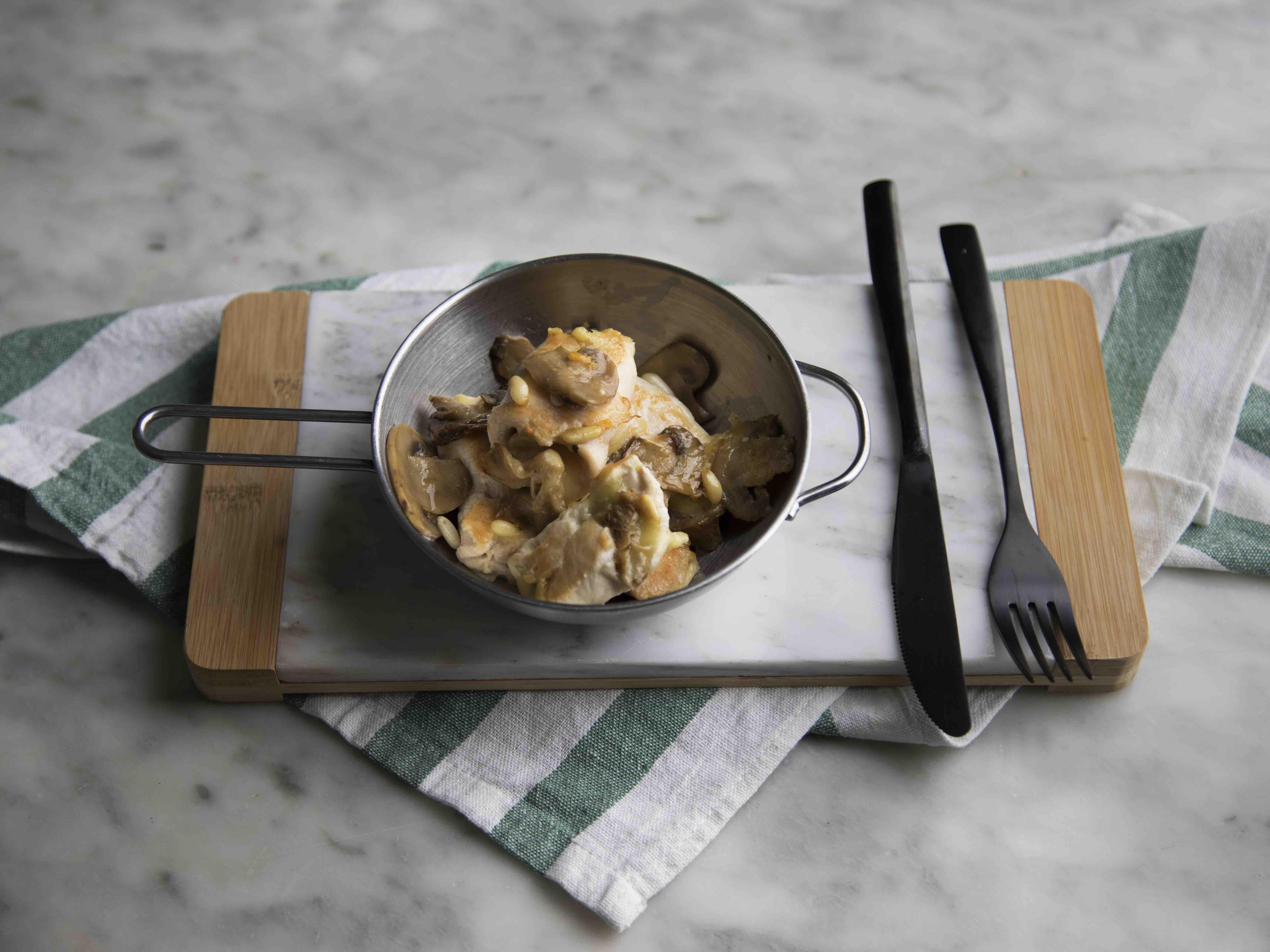 Involtini di pollo ripieni di funghi, scamorza e pinoli