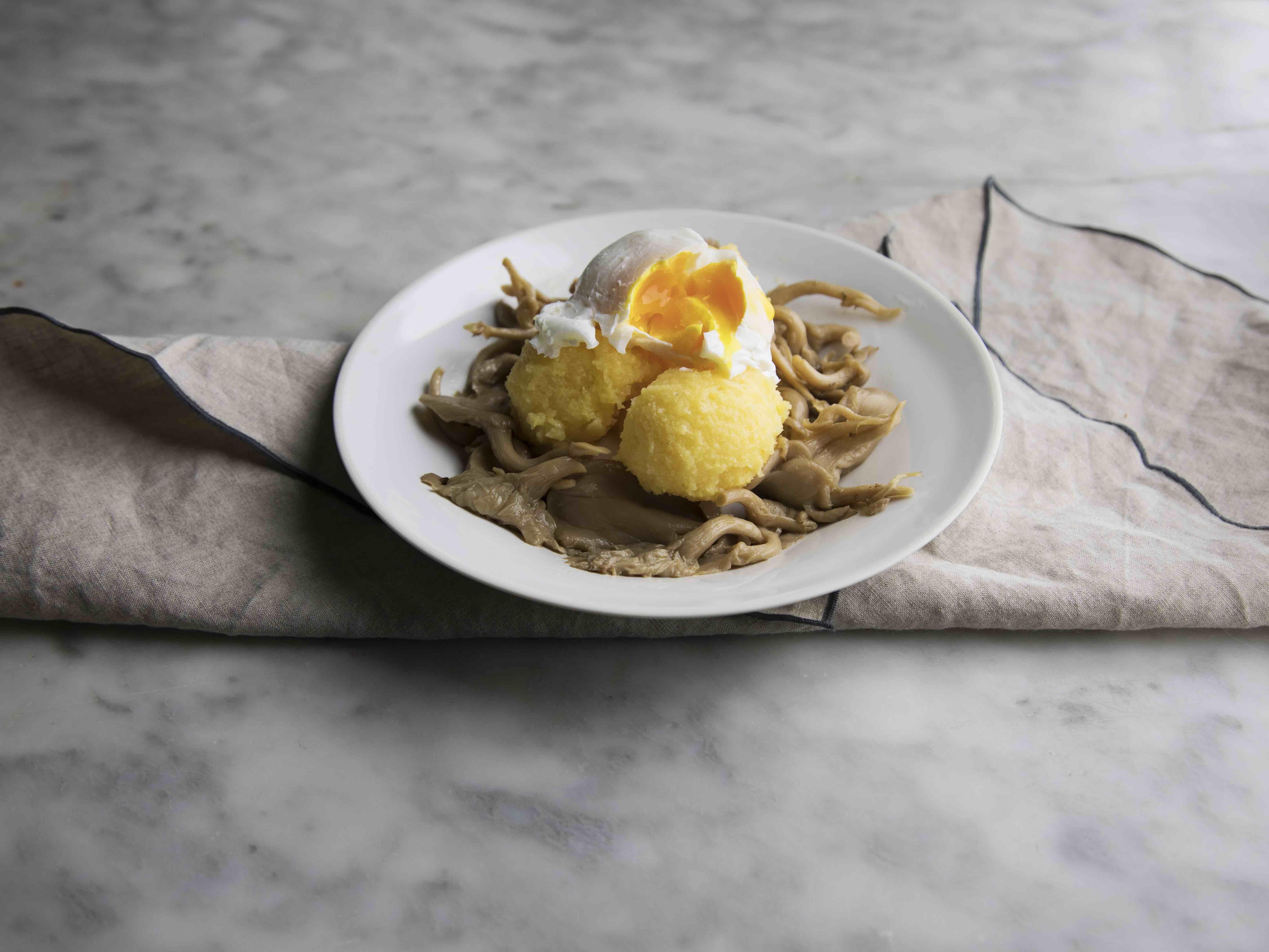 Ricetta polenta e funghi con uovo in camicia