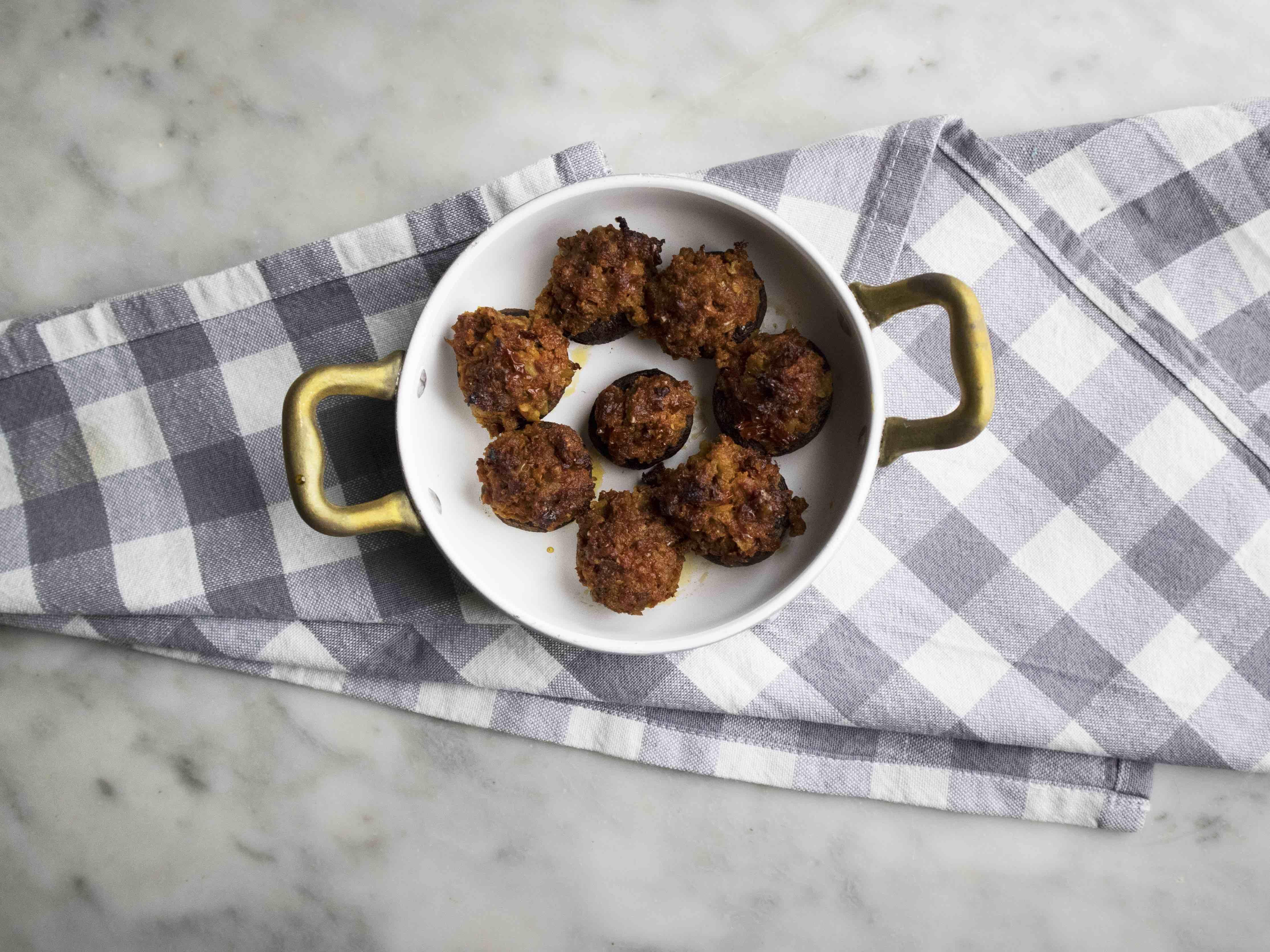 Champignon ripieni al forno con pomodori secchi e olive