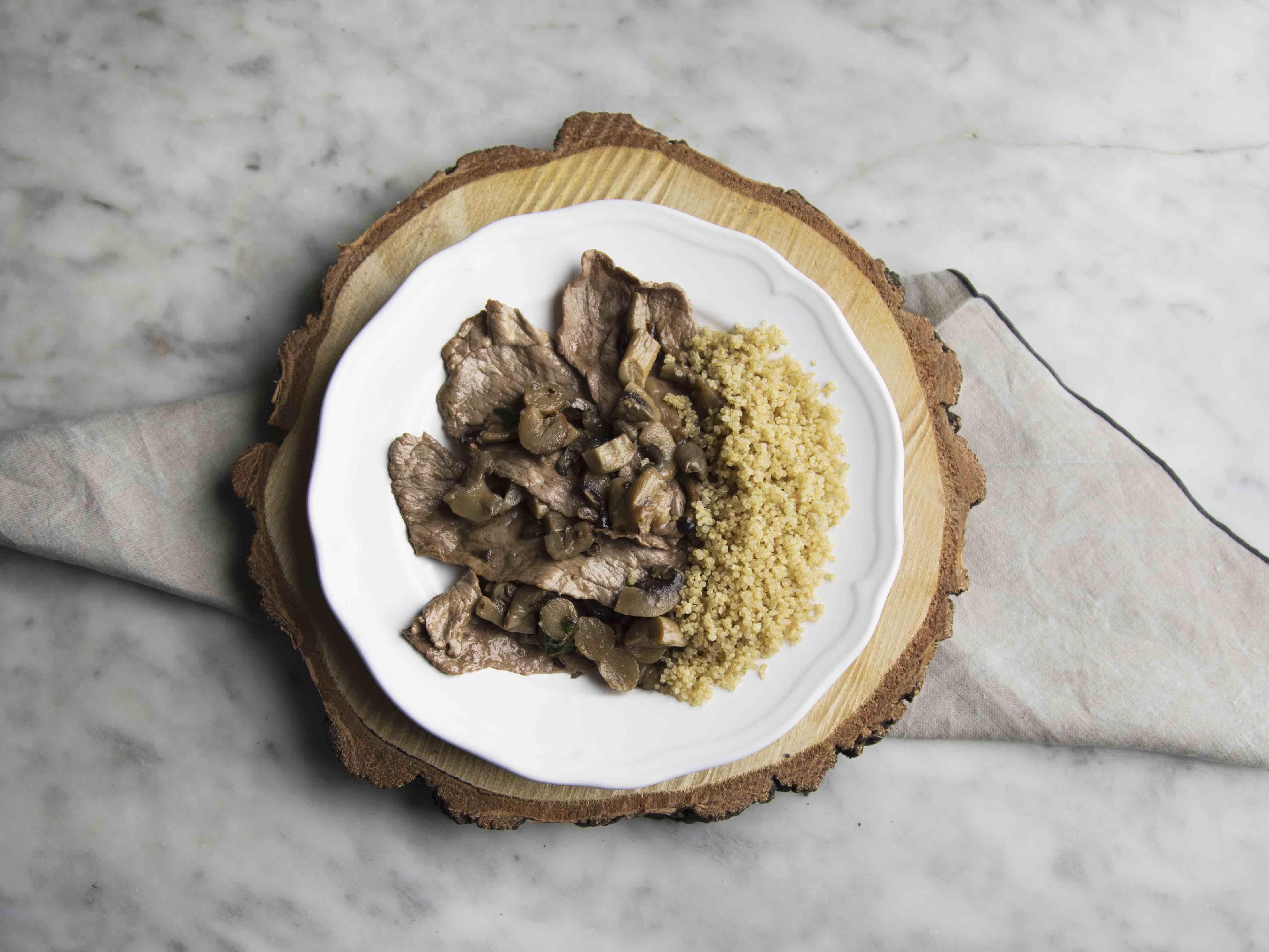 Straccetti di manzo con funghi e quinoa