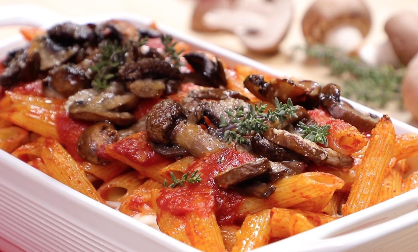 Pasta al pomodoro, mozzarella e funghi prataioli Crema