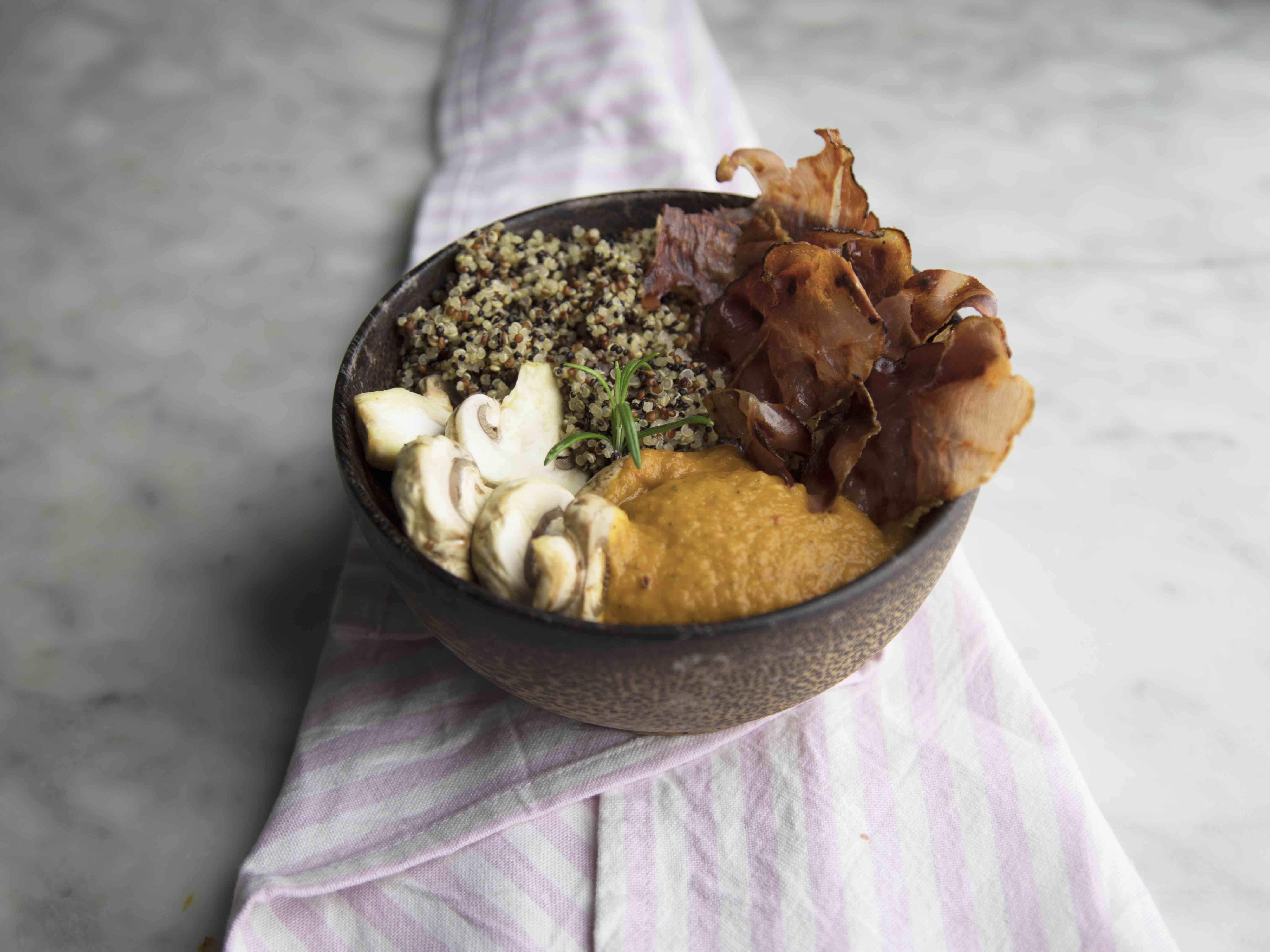 Bowl di quinoa con carpaccio di funghi, crema di verdure e speck croccante