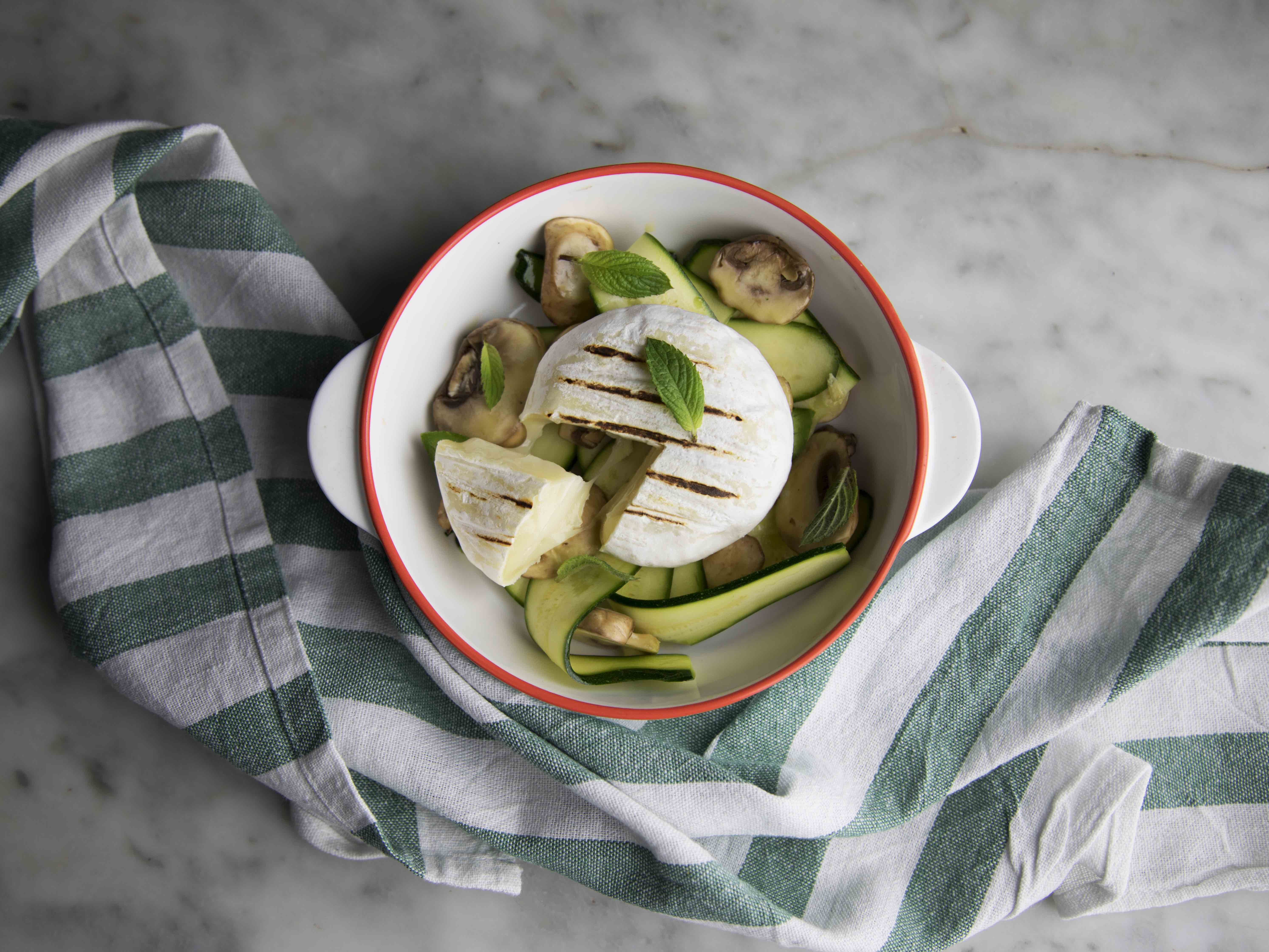 Insalata di champignon e zucchine con tomino grigliato