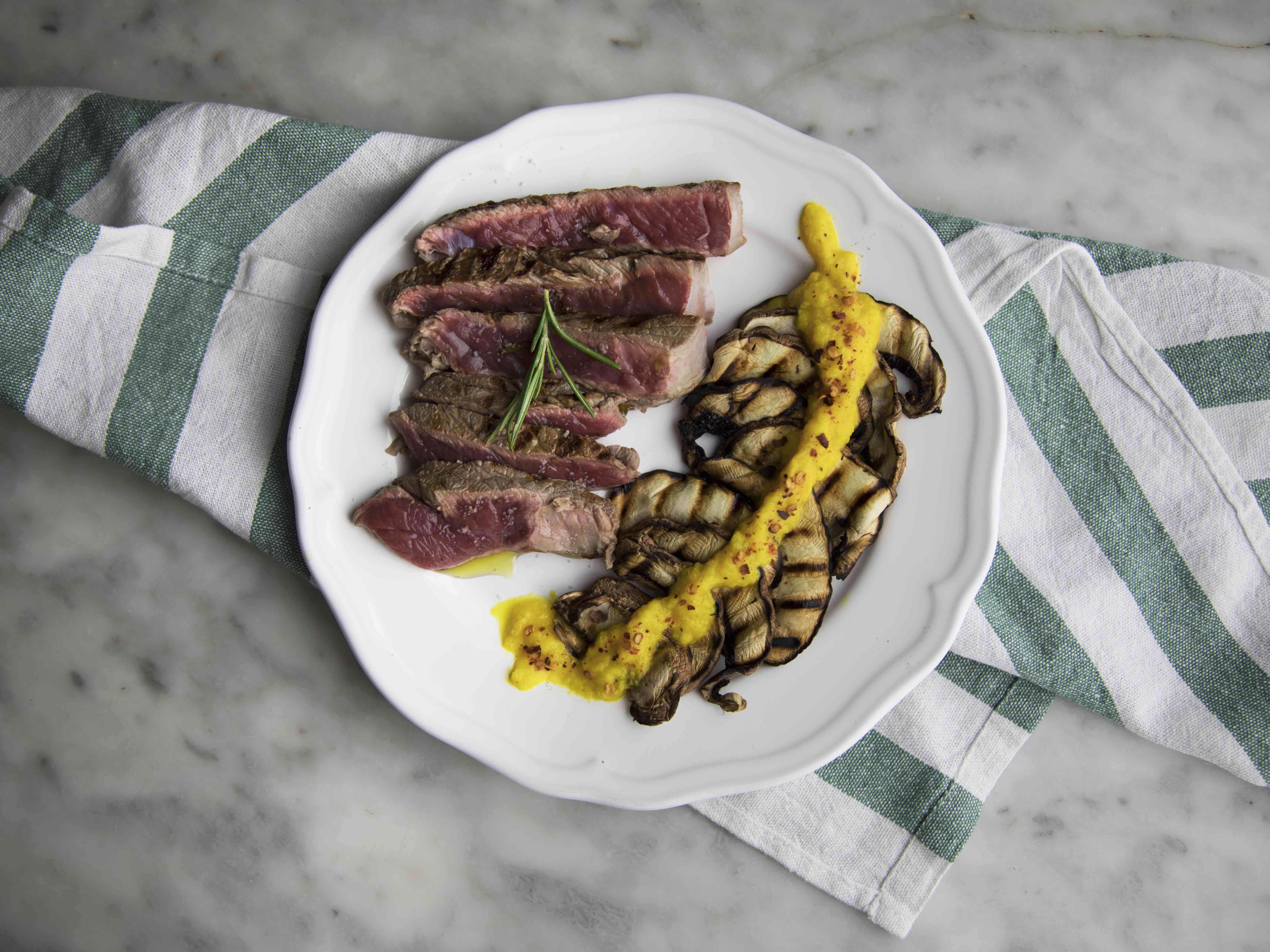 Tagliata ai funghi grigliati con salsa piccante ai peperoni gialli