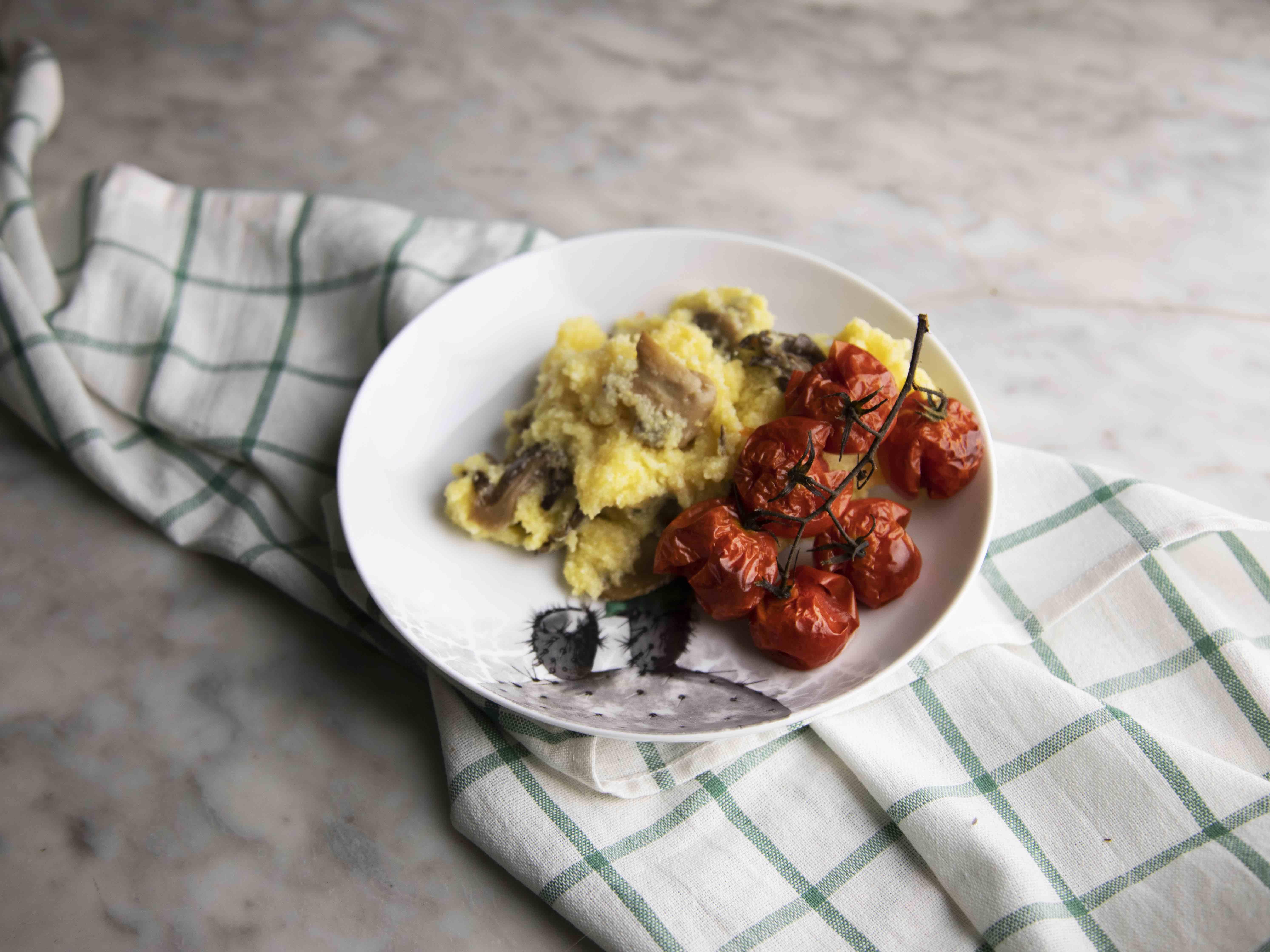 Polenta e funghi con pomodori arrostiti
