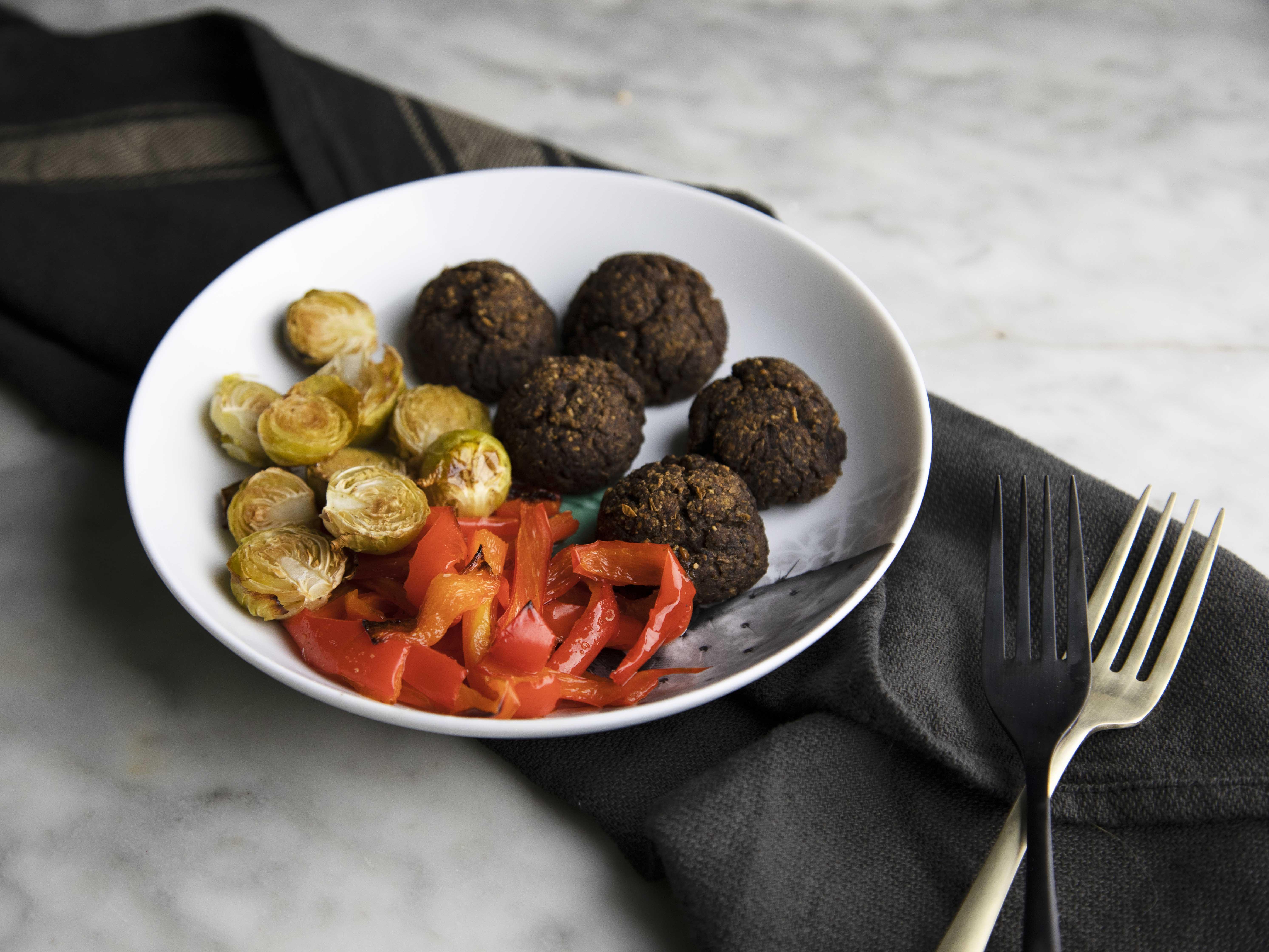 Polpette vegane al forno con verdure arrostite