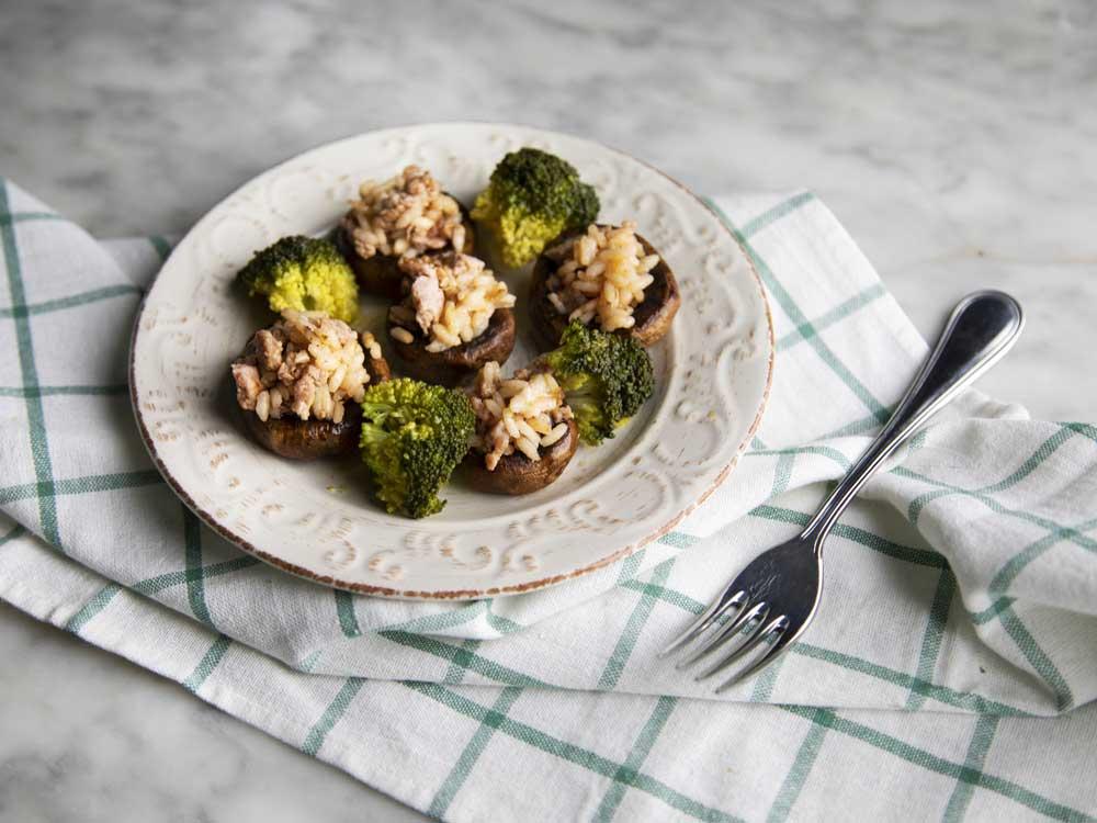 Cappelle di funghi ripiene di riso con salsiccia e broccoletti