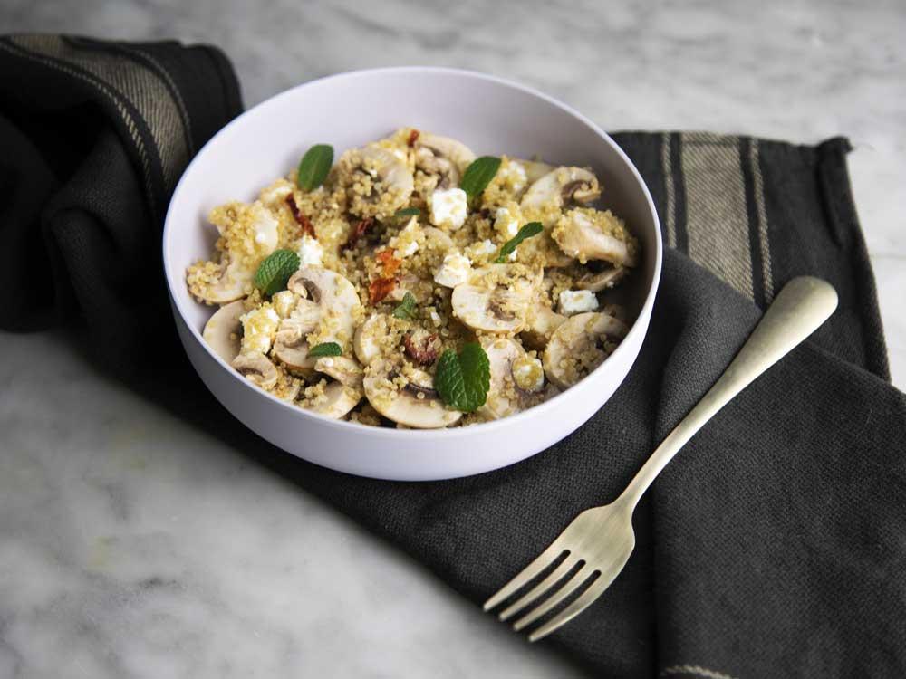 Insalata di funghi e feta con quinoa e pomodori secchi