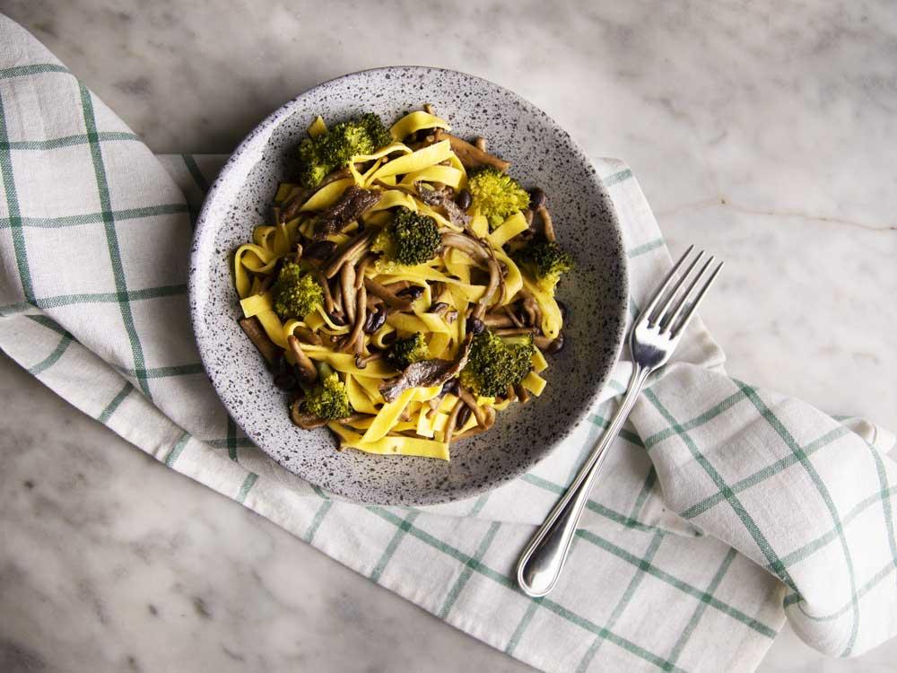 Tagliatelle ai funghi con broccoli e alici