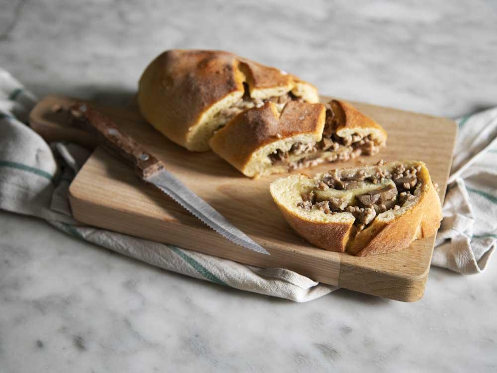 Strudel di pane ripieno di carne con funghi
